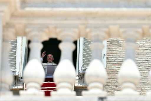O Papa Francisco acena da janela do Palácio Apostólico, no Vaticano. Foto: Gabriel Bouys/AFP