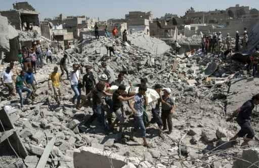 (21 jul) Destruição causada por um míssil no centro histórico de Aleppo. foto:Karam al Masri / AFP