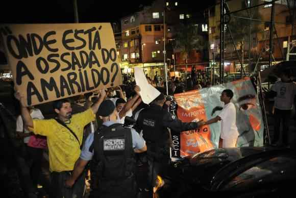 Policiais militares tentam conter protesto na favela da Rocinha pelos dois anos de desaparecimento do ajudante de pedreiro Amarildo de Souza durante operação policial. Foto: Fernando Frazão/Agência Brasil