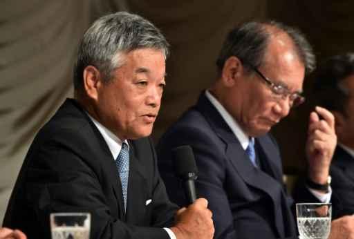 Kita (e) e Okada participam de uma entrevista coletiva em Tóquio. Foto: Yoshikazu Tsuno/AFP