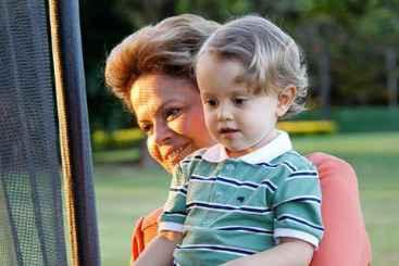 Presidente publicou a foto com o neto no Facebook. Foto: Reprodução/Facebook