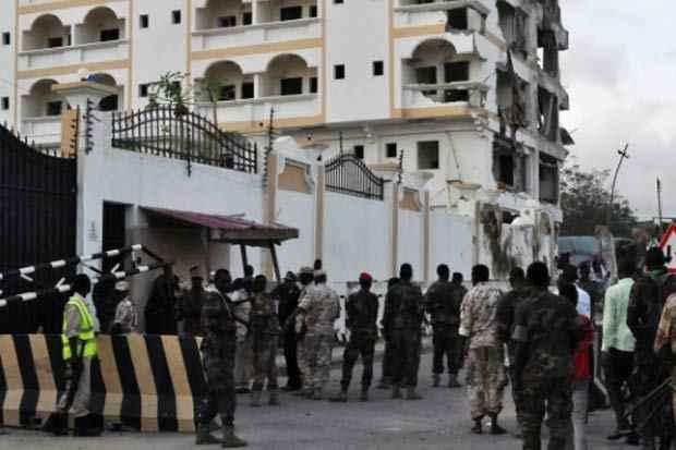 Soldados montam guarda em frente ao hotel. Foto: AFP