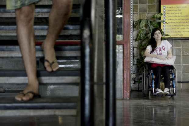 Quando a plataforma de carga não funciona, a estudante Bárbara Bunim conta com a solidariedade dos colegas e professores, que transferem as aulas para o térreo. Foto: Guilherme Veríssimo/Esp DP/D.A Press