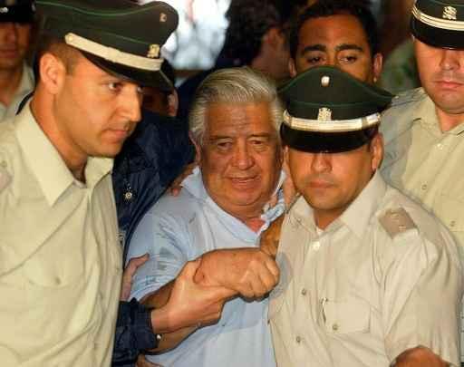 (2005) Contreras é conduzido a um tribunal de Santiago. Foto: Martin Bernetti/ AFP