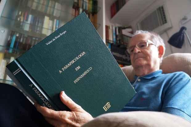 Valter da Rosa Borges é autor de mais de 20 livros, entre eles A Parapsicologia em Pernambuco. Foto: Larissa Lins/DP/DA Press