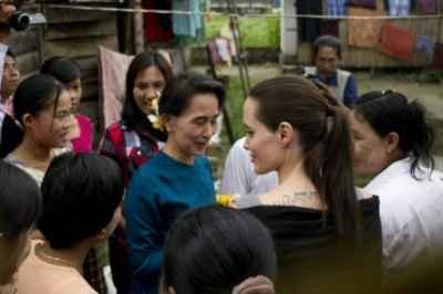 A atriz americana Angelina Jolie (D) e a líder opositora Aung San Suu Kyi em Mianmar, no dia 1° de agosto de 2015 © AFP Ye Aung Thu