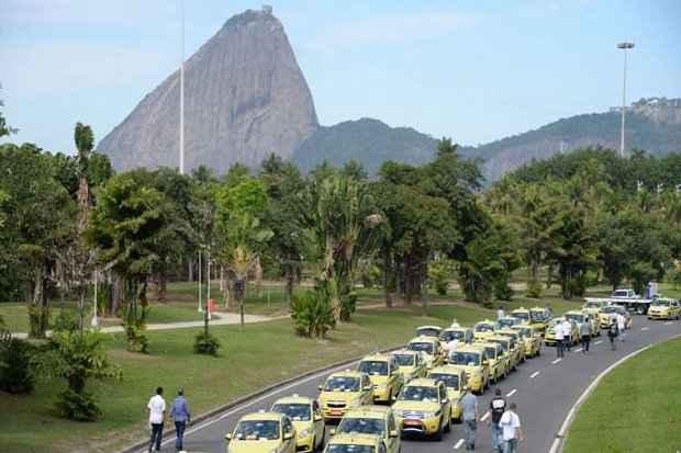 Os taxistas argumentam que o serviço oferecido pelo Uber é ilegal e clandestino. Foto: Vandeley Almeida/AFP