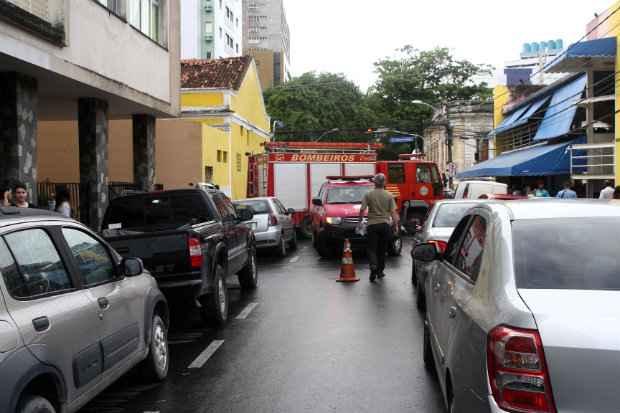 Labrador caiu na calçada da Rua José de Alencar, chamando atenção de moradores da região. Foto: Júlio Jacobina/DP/D.A.Press