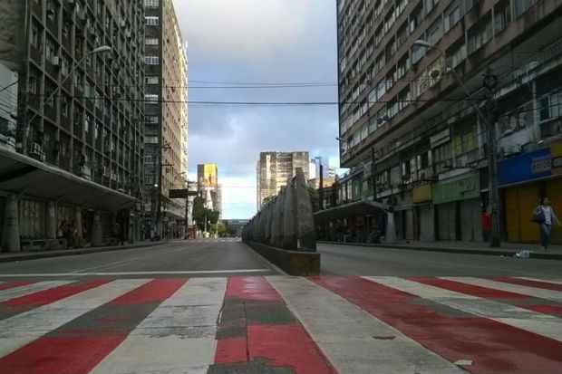 Sem ônibus nas ruas, a Avenida Conde da Boa Vista ficou deserta às 7h desta segunda-feira. Foto: Fausto Ferreira/ TV Clube