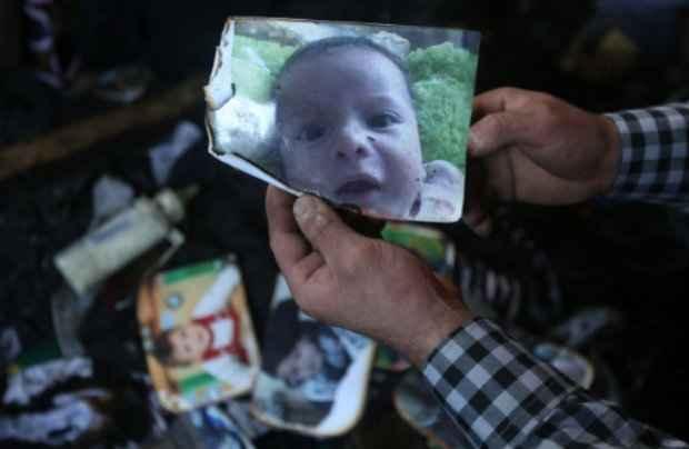 Fotografia do bebê Ali Dawabcheh, que morreu no incêndio. (Foto: Jaafar Ashtiyeh/AFP Photo)