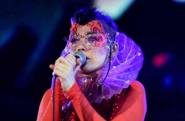 Björk em apresentação em Berlim, Alemanha, pela mesma turnê européia. Foto: Facebook/Reprodução
