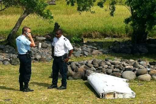 Pedaço do avião da Malaysia Airlines que apareceu na ilha Reunião. Foto: Yannick Pitou/AFP