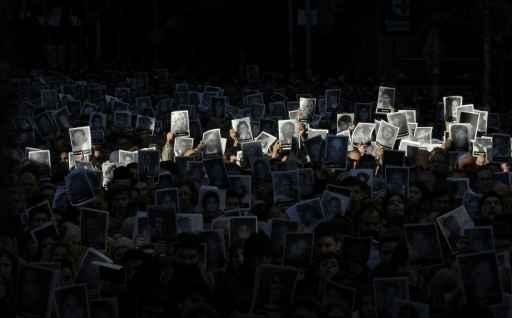 (Julho) Centenas de pessoas exibem em Buenos Aires retratos de vítimas do atentado. Foto: Alejandro Pagni/ AFP