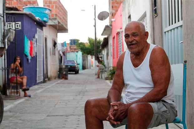 Lino Lopes Alencar, 78 anos, que cresceu na comunidade, no bairro de Joana Bezerra, recorda com bom humor das histórias de assombração e mistérios do lugar. Foto: Ricardo Fernandes/DP/D.A Press