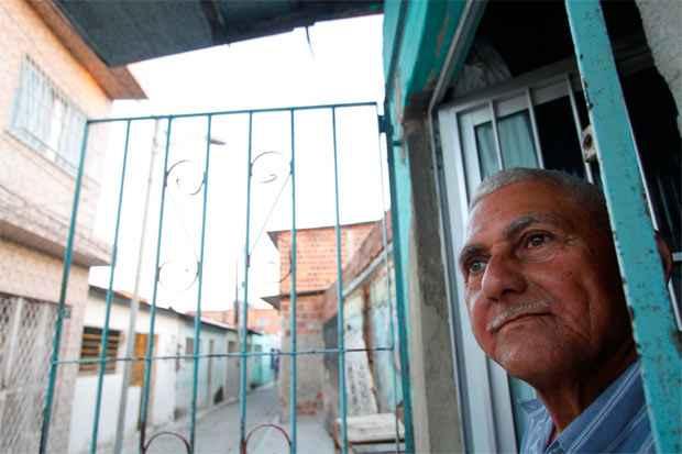 Histórias da chegada e organização das famílias na beira da linha do antigo trem surgem nos relatos de moradores como José Ribeiro, o Zezinho, de 66 anos, que nunca saiu do Coque. Foto: Ricardo Fernandes/DP/D.A Press