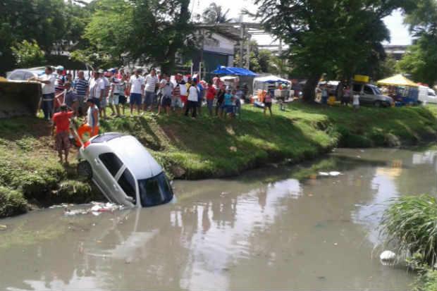 Motorista foi resgatada por populares. Foto: Cláudio José/WhatsApp