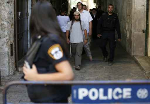 Polícia israelense escolta grupo de jovens judeus. Foto: Ahmad Gharabli/AFP