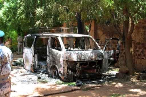 Veículo incendiado em frente a Hotel Byblos em 8 de agosto de 2015. Foto: AFP