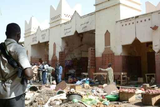 Soldados e forças policiais ficam de guarda em frente a marcado que foi alvo de ataque suicida com homem-bomba, em N'Djamena, no dia 11 de julho de 2015. Foto:Brahim Adji/AFP/Arquivos