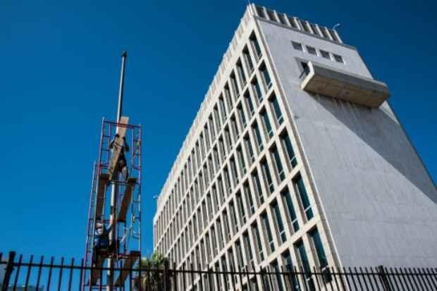 Trabalhadores preparam o mastro para a bandeira na embaixada americana em Havana, no dia 7 de agosto de 2015. (Adalberto Roque/AFP Arquivos  )