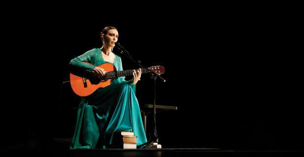 Gaúcha se apresenta em formato intimista, acompanhada pelo violão. Foto: Facebook/Reprodução