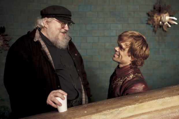 George R.R. Martin (esquerda) em momento de descontração com Peter Dinklage nos bastidores de Game of Thrones. Foto: HBO/Divulgação