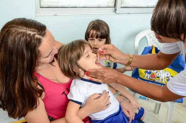 Nesta sexta, 140 crianças que frequentam a Creche Dr. Albérico Dornelas, no Recife, foram imunizadas. Foto: Carlos Augusto/PCR/Divulgação