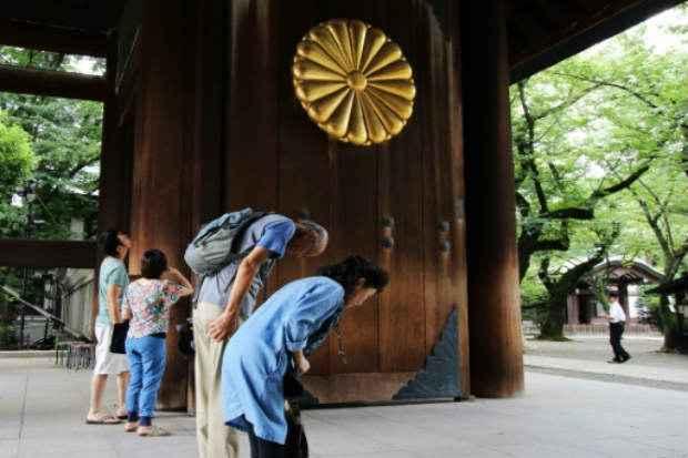 Casal idoso presta sua homenagem no santuário de Yasukuni. Foto: AFP YOSHIKAZU TSUNO