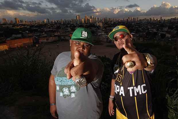 Mc Elloco e MC Shevchenko cantam a rotina da comunidade. Foto: Ricardo Fernandes/DP/DA Press
