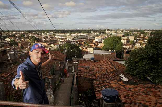 Vertinho canta a ostentação e grava clipes luxuosos na periferia. Foto: Guilherme Veríssimo/DP/DA Press