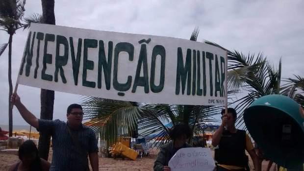 Alguns manifestantes pedem por intervenção militar. Foto: Rosália Rangel/DP/DA Press