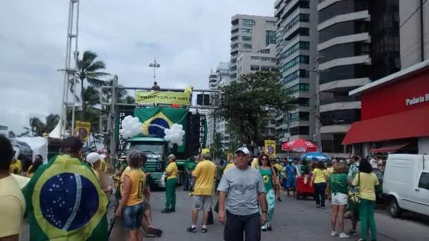 Dois trios elétricos se concentram na Avenida Boa Viagem, Zona Sul do Recife.  Foto: Rosália Rangel/DP/DA Press