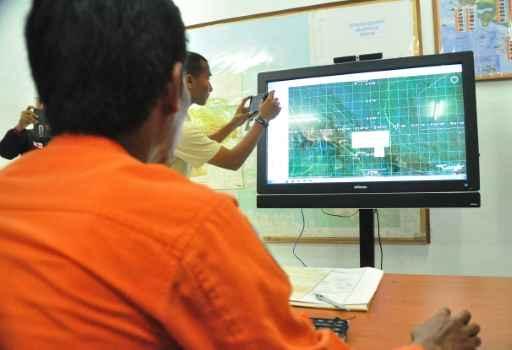 Funcionários do Centro Nacional de Busca e Resgate analisam mapas na tentativa de localizar o avião desaparecido com 54 pessoas a bordo Fto:AFP Indrayadi