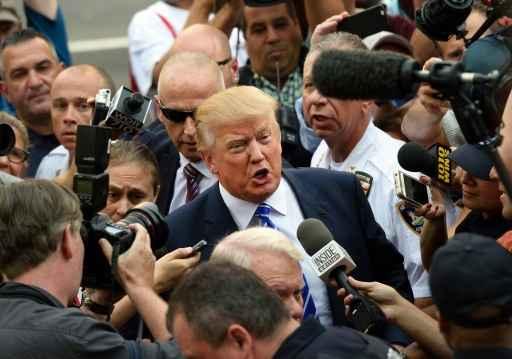 Trump é cercado por jornalistas ao chegar à Suprema Corte. Foto: AFP Don Emmert