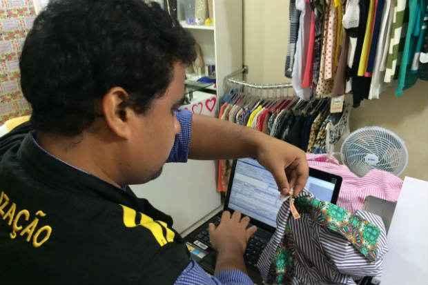 Fiscais do Ipem-PE iniciaram operação de fiscalização que vai durar toda a semana no comércio de Olinda. Foto: Thayse Medeiros/ Assessoria Ipem-PE