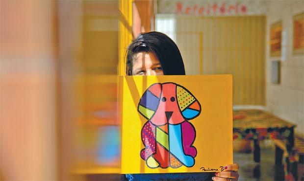 Interna pinta quadros em estilo inspirado no artista pop. Seu sonho é conhecer o pintor pessoalmente. Foto: Guilherme Veríssimo/Esp. DP/D.A Press