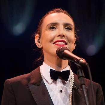 Adriana assumiu figurino andrógino e batom vermelho para o show. Foto: Factoria/Divulgação