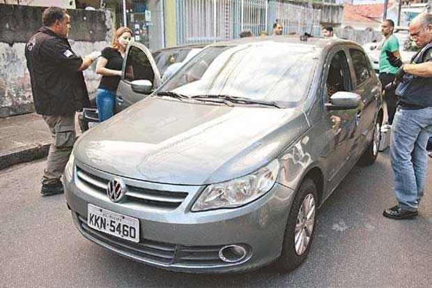Carro de homem morto da Encruzilhada foi abandonado minutos após crime, no bairro do Espinheiro. Foto: Guilherme Veríssimo