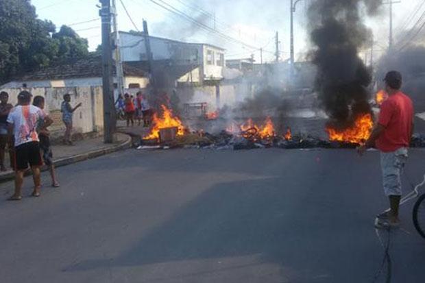 Manifestantes atearam fogo em pneus. Foto: Mateus Vilar Schuler/Twitter/Reprodução