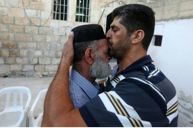 Palestino consola o pai de Allan, em Nablus. Foto: Jaafar Ashtiyeh/AFP
