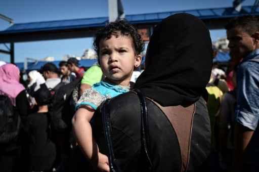 (20 ago) Criança síria desembarca com a mãe de um navio do governo grego, no porto de Atenas. Foto:LOUISA GOULIAMAKI/ AFP