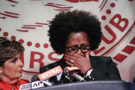 Suposta vítima do ator Bill Cosby, Charlotte Fox, chora ao participar de entrevista coletiva em Nova York, no dia 20 de agosto de 2015. Foto: Rob Kim/AFP