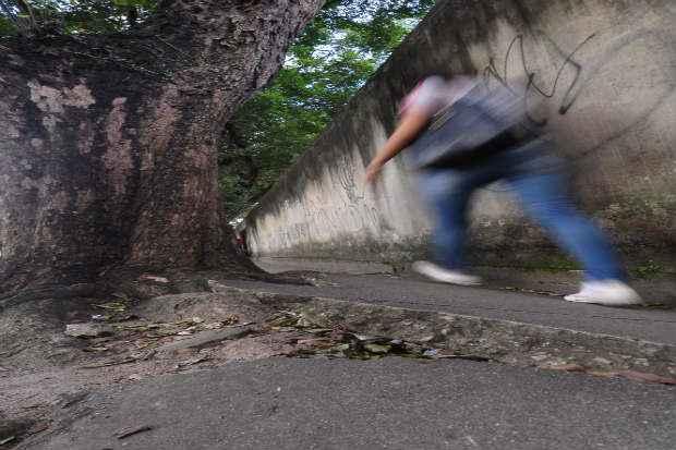 Buracos e desnível no piso atrapalham o caminhar do pedestre (Joao Velozo/Esp. DP/D. A Press)