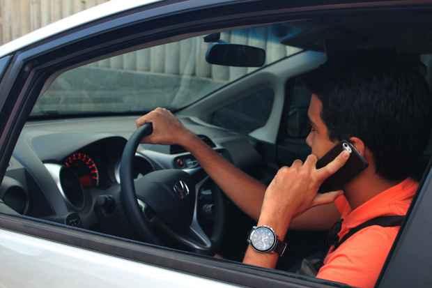 Dirigir usando o celular é a quarta infração mais frequente no Recife. Foto: Renata Maciel/Esp DP/D.A Press.
