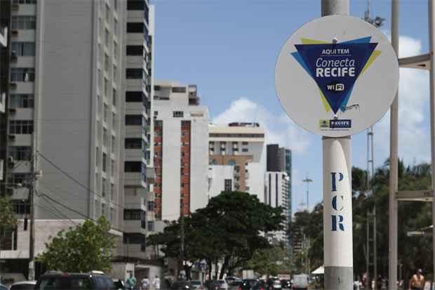 A capital pernambucana tem, atualmente, 74 pontos de conexão gratuita de wi-fi. Foto: Alcione Ferreira/DP/D.A Press. ( )
