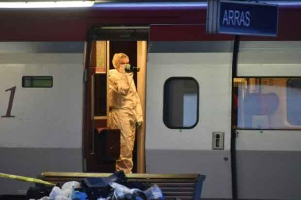 Agentes da polícia investigam interior do trem Thalys na estação de Arras, no norte da França, em 21 de agosto de 2015. Foto: AFP Philippe Huguen