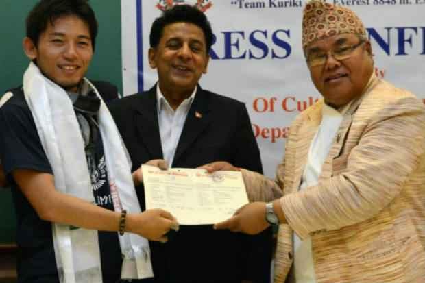 Japonês Nobokazu Kuriki (E) recebe autorização para escalar o Everest em Katmandu em 23 de agosto de 2015. Foto: AFP Prakash Mathema