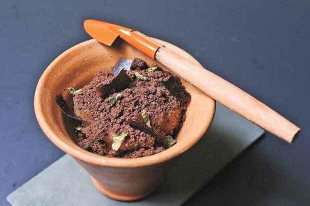 O mousse de chocolate é feito com chocolate de combu picado. Foto: Diana Figueroa/Divulgação