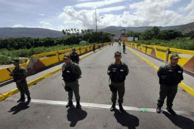 Tropas da Venezuela montam guarda na fronteira com a Colômbia em San Antonio, no estado de Táchira, em 20 de agosto de 2015. (George Castellano /AFP )