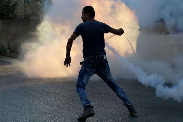 Um protestante palestino usa um estilingue durante conflito com forças de segurança israelenses, próximo a Jerusalém, no dia 31 de julho de 2015. Foto: Abbas Momani/AFP/Arquivos